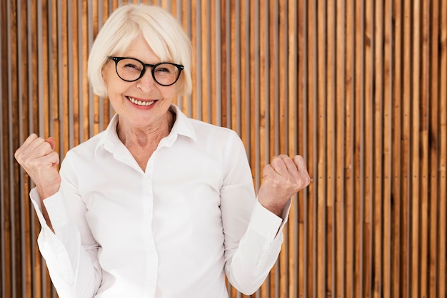 Mulher velha sorridente com óculos