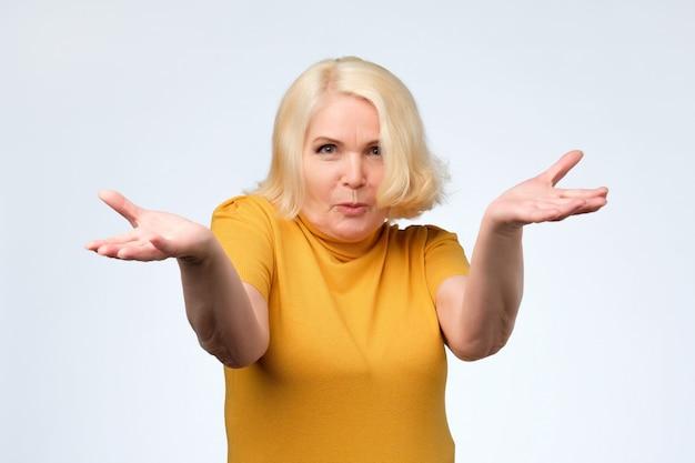 Mulher velha zangada a discutir com o marido