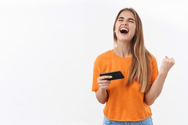 Mulher vencedora com smartphone