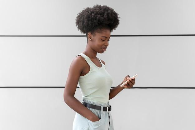Mulher verificando o smartphone em busca de notificações