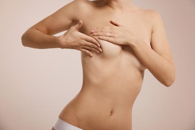 Mulher verificando se há câncer de mama na mama