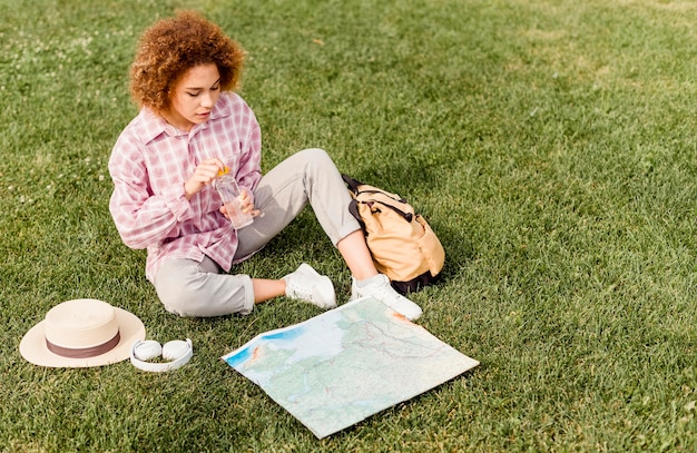 Mulher verificando um mapa para seu novo destino