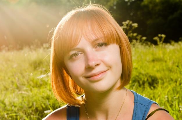 Mulher vermelha com luz do sol quente