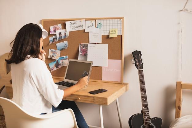 Mulher vestida casual, trabalhando em casa