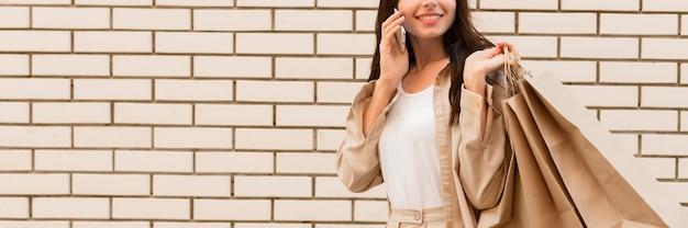 Mulher vestida de forma elegante falando ao telefone