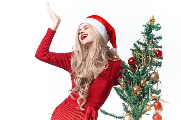 Mulher vestida de papai noel árvore de natal feriado natal Foto Premium