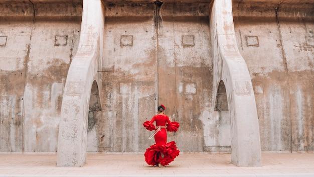 Mulher vestida de vermelho dançando flamenco em málaga