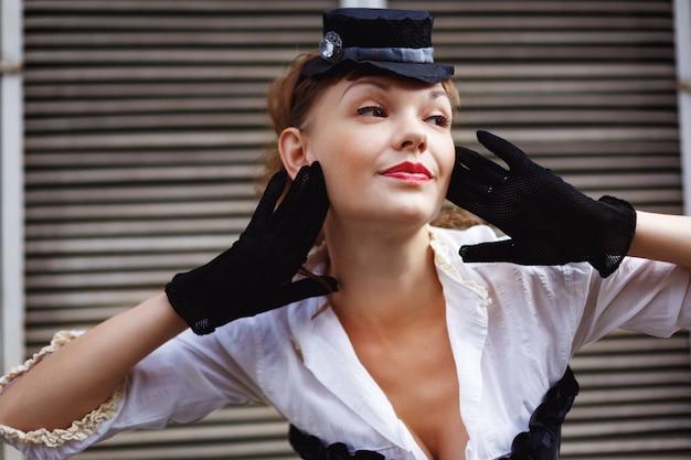 Mulher vestida em estilo retro posando