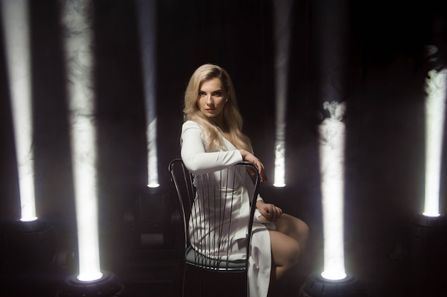 Mulher vestido branco, moda plus size modelo de vestido longo branco, garota de pé com luzes.