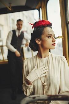 Mulher, vestido, em, um, a, estilo, de, XIX, século, passeios, em, um, bonde