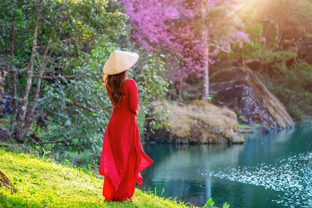 Mulher vestindo a cultura do vietnã, tradicional no parque de cerejeira