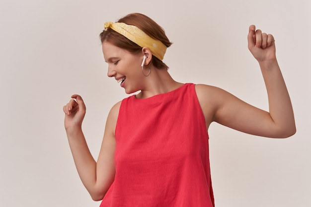 Mulher vestindo blusa vermelha elegante na moda de verão e bandana branca posando