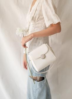 Mulher vestindo bolsa de couro moda