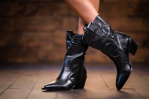 Mulher vestindo botas elegantes pretas