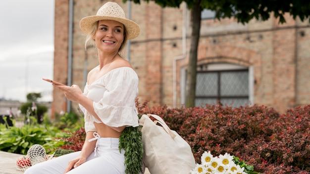 Mulher vestindo branco olhando para longe