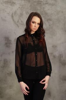 Mulher vestindo camisa de malha preta