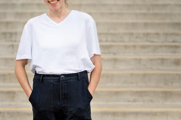 Mulher vestindo camiseta lisa branca