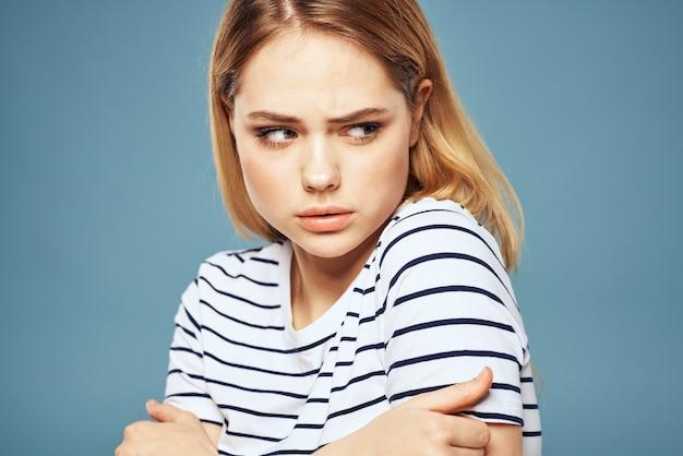 Mulher vestindo camiseta listrada isolada azul isolada