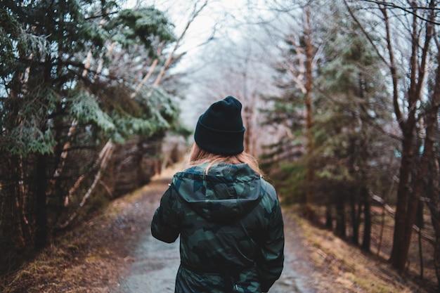 Mulher vestindo casaco com capuz em pé na estrada