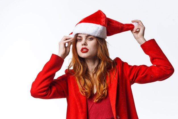 Mulher vestindo fantasia de papai noel natal emoção posando de moda