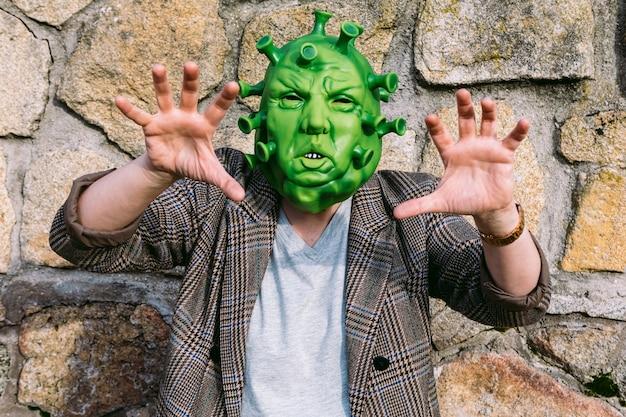 Mulher vestindo fantasia - máscara de coronavírus covid-19, assustadora