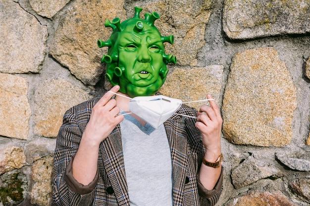 Mulher vestindo fantasia - máscara de coronavírus covid-19 colocando uma máscara ffp2
