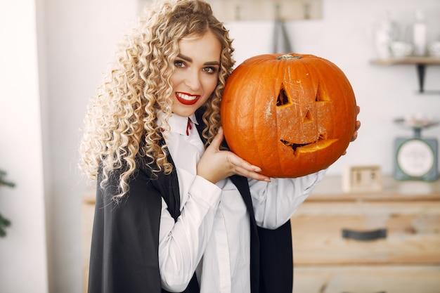 Mulher vestindo fantasia preta. senhora com maquiagem de halloween.
