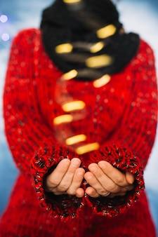 Mulher vestindo jaqueta vermelha