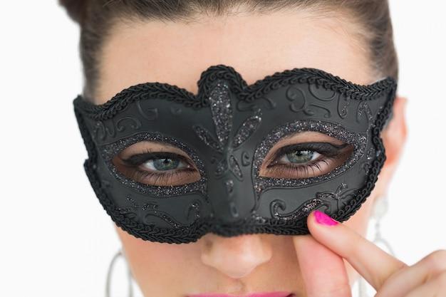 Mulher vestindo máscara de máscara