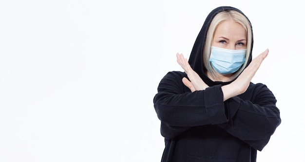 Mulher vestindo máscara facial. coronavírus de conceito, vírus respiratório. cadastre-se com as mãos parar