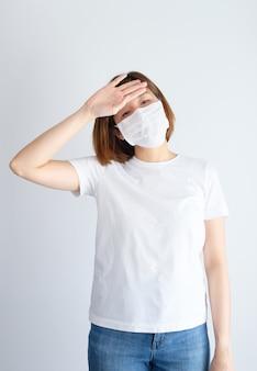 Mulher vestindo máscara ficar doente de vírus corona, covid19, sintoma de gripe como espirros, tosse, febre, dor no corpo, respiração, dor.