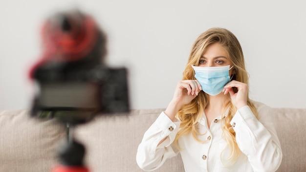 Mulher vestindo máscara médica