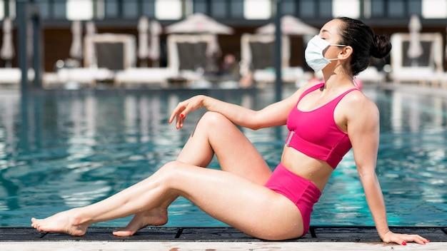 Mulher vestindo máscara na piscina