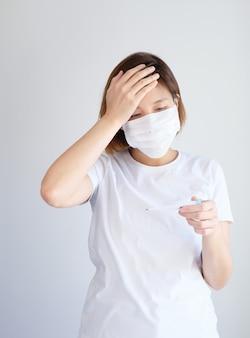 Mulher vestindo máscara protetora com alta temperatura