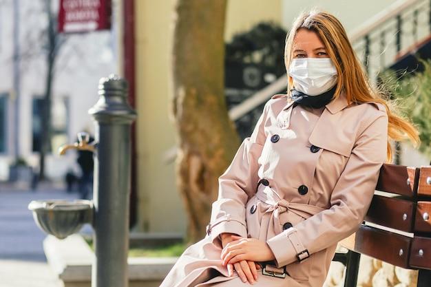 Mulher vestindo máscara protetora contra vírus