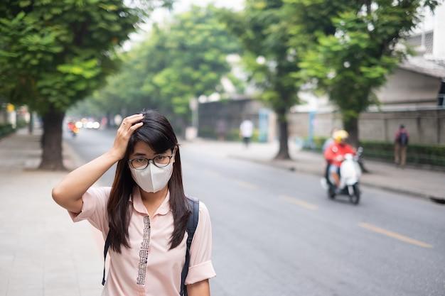 Mulher vestindo máscara respiratória n95 proteger e filtrar pm2.5