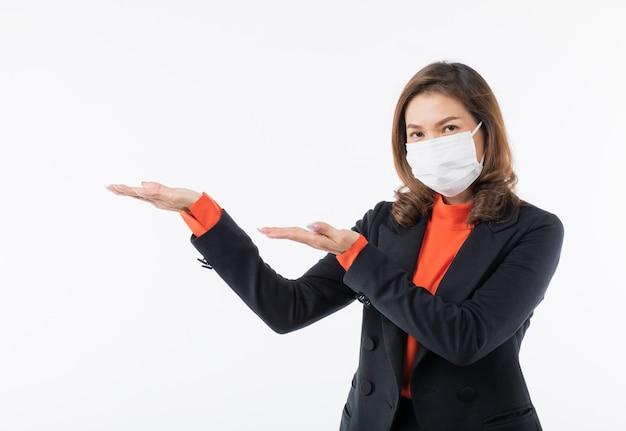 Mulher vestindo máscara urso mão palma