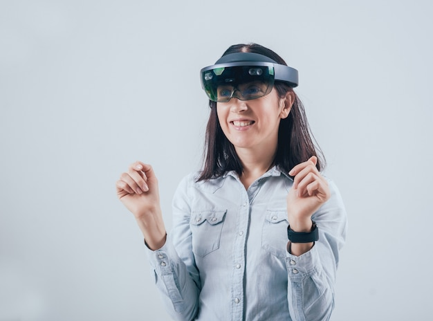 Mulher vestindo óculos de realidade aumentada.