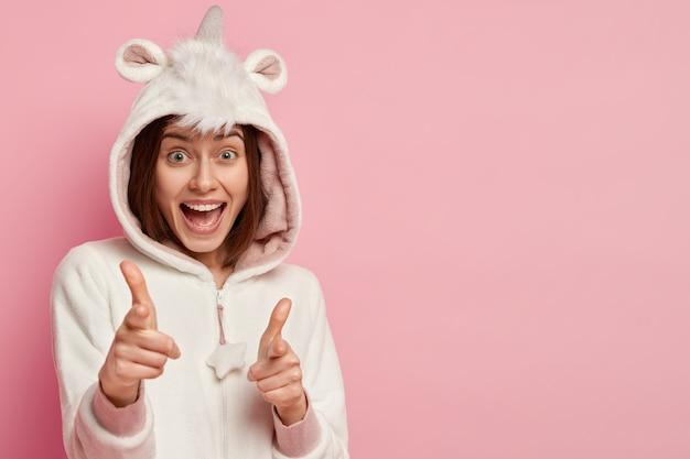 Mulher vestindo pijama de unicórnio