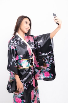 Mulher vestindo quimono japonês tradicional isolado no branco