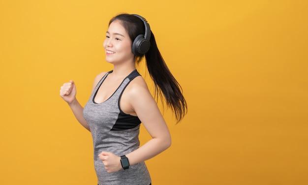 Mulher vestindo roupas esportivas e fones de ouvido