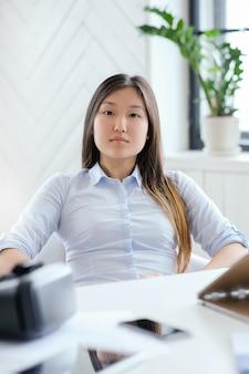 Mulher vestindo uma camisa no escritório