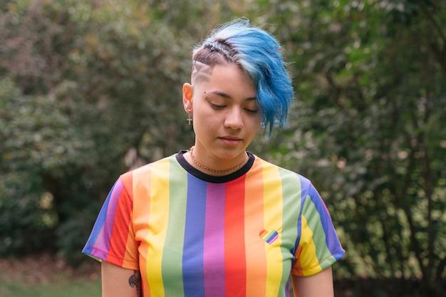 Mulher vestindo uma camiseta com direitos iguais para todas as orientações sexuais