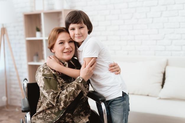 Mulher veterana em cadeira de rodas voltou para casa