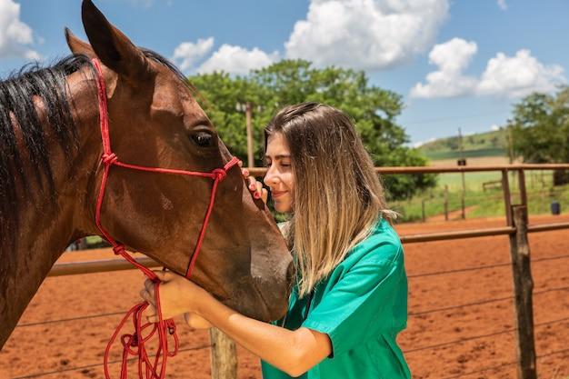 Mulher veterinária e cavalo