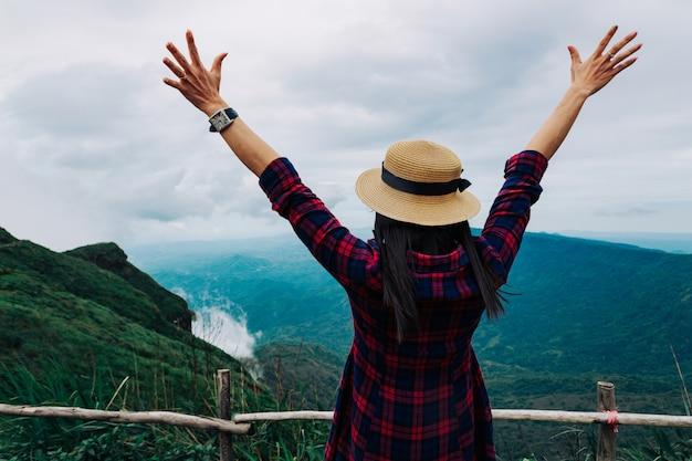Mulher, viagem, chuvoso, estação, montanha, vista, relaxe, feriado