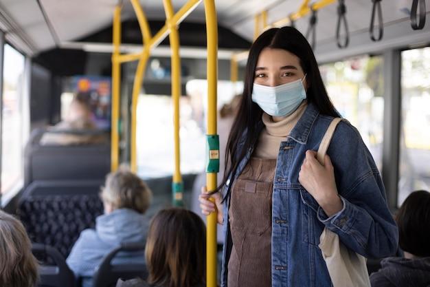 Mulher viajando com máscara facial
