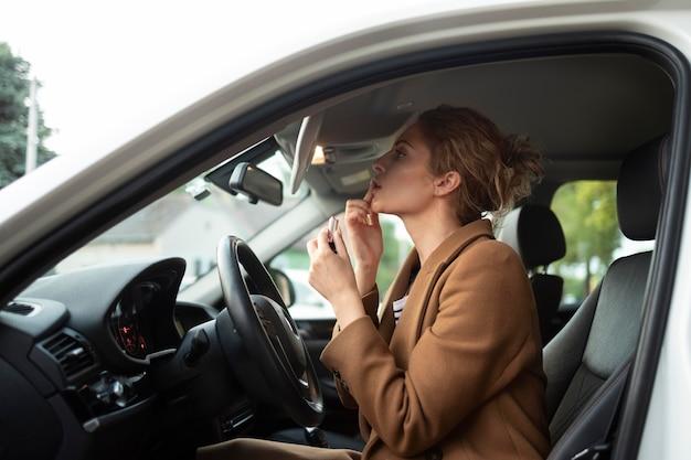 Mulher viajando com o carro