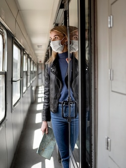 Mulher viajando com trem