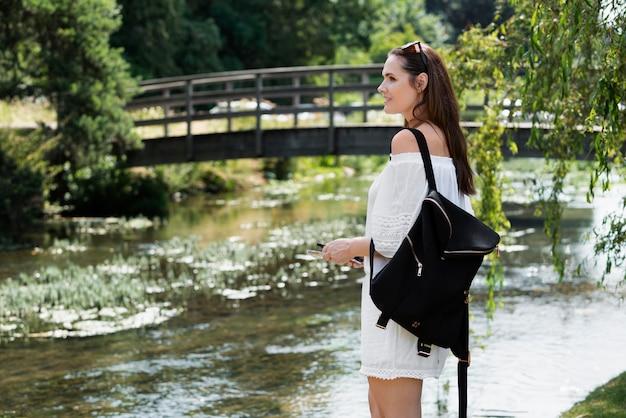 Mulher viajando com um vestido branco fofo